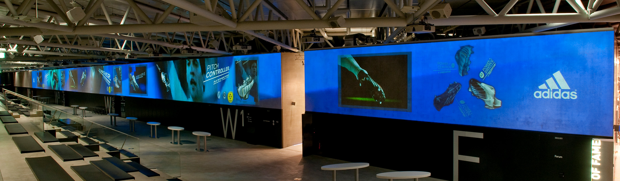 Referenz 105m Projektion im aCC Firma adidas