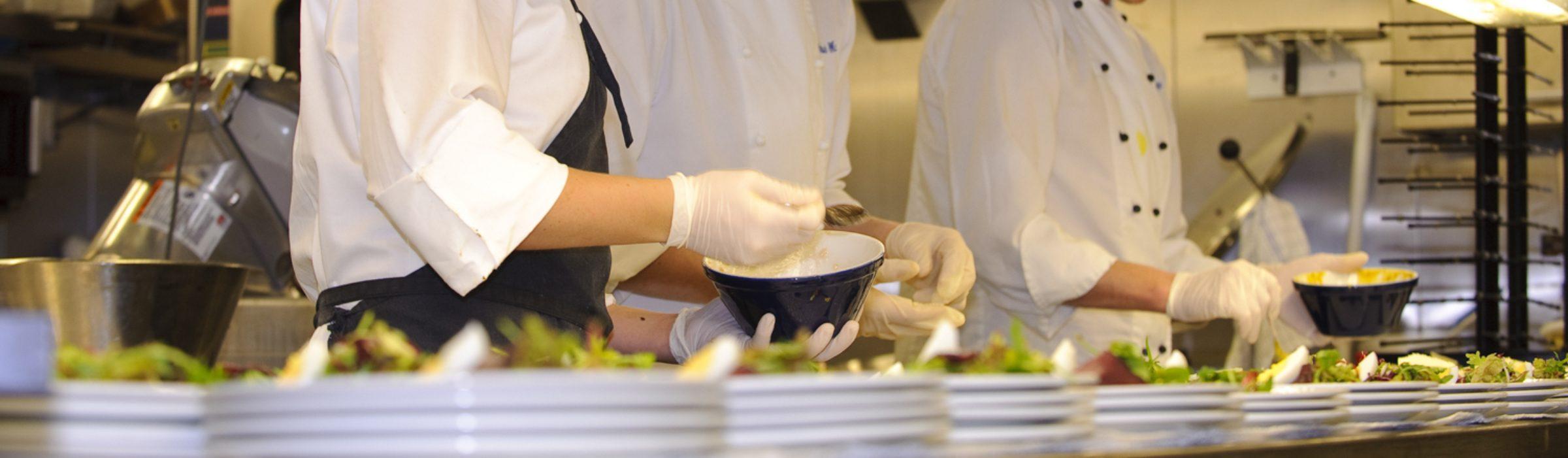 Vorbereiten des Dinners in der Küche der MS Kong Harald