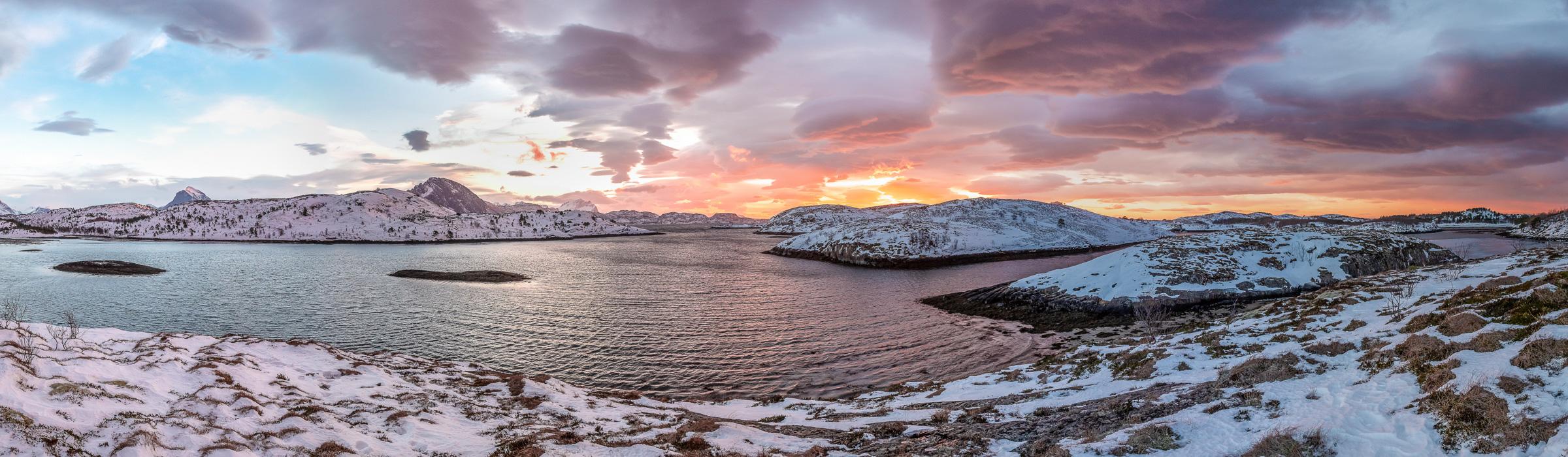 Drohnenpanorama - Sonnenuntergang über dem Tjongsfjord in Norwegen